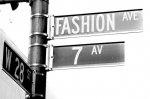 Praktyczne i modne elementy garderoby, jakie dobrze będzie wręczyć w prezencie dla partnerki.