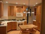 Elementy każdej  odpowiednio zaopatrzonej kuchni, czyli stół, szafki, słoiki i nie tylko