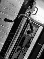 Drążek rozporowy ćwiczy spore partie mięśni