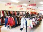 Kupowanie odzieży w powszechnie znanych lumpeksach jest współcześnie niesłychanie modne
