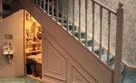 Szafa umieszczona pod schodami  – interesujące sposoby na oszczędzenie miejsca