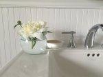 Jak urządzić małą łazienkę, żeby była w jak najwyższym stopniu funkcjonalna oraz elegancka? Jakiego rodzaju techniki aranżacyjne wykorzystać