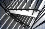 Artystyczne balustrady ze stali nierdzewnej i ich atuty – sprawdź, czy pasuje to do wystroju twojego domu