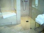 W jaki sposób zaprojektować niewielką łazienkę? Pomysły na funkcjonalny prysznic!
